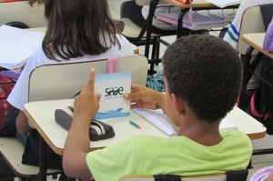Aluno da rede municipal observa o material educativo